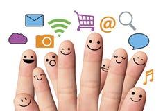 与网上标志的愉快的手指面带笑容。社会网络。 免版税库存照片