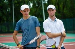 与网球拍的朋友立场 库存图片