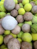 与网球的垒球 免版税图库摄影