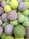 与网球的垒球 免版税库存图片
