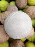 与网球的垒球 免版税库存照片