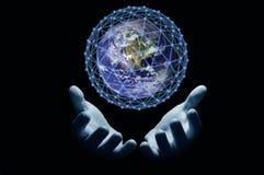 与网的地球在黑背景的棕榈 皇族释放例证