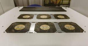 与网络服务系统致冷机的上层覆盖在数据中心室 免版税库存照片