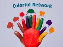 与网络标志的五颜六色的愉快的手指面带笑容 免版税库存图片