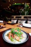 与罕见的油煎的金枪鱼和三文鱼的开胃菜在桌上 免版税库存照片