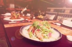 与罕见的油煎的金枪鱼和三文鱼的开胃菜,被定调子 免版税库存照片