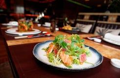 与罕见的油煎的金枪鱼和三文鱼的开胃菜 库存照片