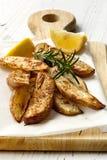 与罗斯玛丽和柠檬的土豆楔子 图库摄影