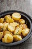 与罗斯玛丽和海盐的烘烤土豆 免版税库存图片