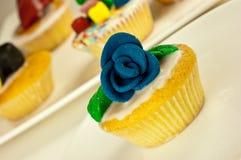 与罗斯装饰的自创杯形蛋糕 库存照片