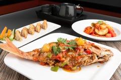 与罗望子树的泰国红鲷鱼 免版税库存照片
