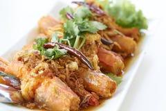 与罗望子树调味汁顶部的被油炸的大虾由酥脆青葱和干红色辣椒 免版税库存照片