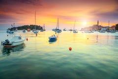 与罗维尼港口的惊人的五颜六色的日落, Istria地区,克罗地亚,欧洲 免版税图库摄影