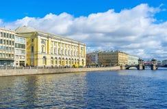 与罗蒙诺索夫桥梁的看法 免版税库存照片
