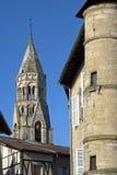 与罗马式圣徒Léonard教会的城市视图 免版税库存照片