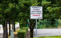与罚款的没有隔夜停车处被禁止的标志 库存照片