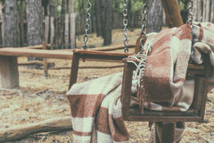 与羊毛毯子的木摇摆 库存图片