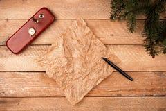 与羊皮纸板料的圣诞节背景与笔和分类的 库存图片