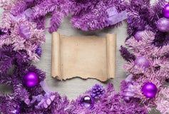 与羊皮纸的洋红色圣诞节花圈在木头 免版税图库摄影