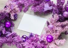 与羊皮纸的洋红色圣诞节花圈在木头 库存图片