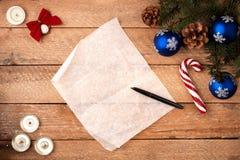 与羊皮纸,时钟板料的圣诞节背景与笔的, 免版税库存照片