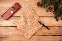 与羊皮纸,时钟板料的圣诞节背景与笔的, 免版税库存图片