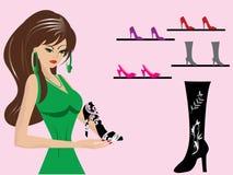 美丽妇女在鞋子商店 免版税图库摄影