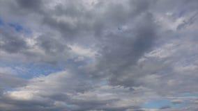 与美丽的云彩的令人惊讶的剧烈的天空,Timelapse 云层在天空蔚蓝的太阳 影视素材