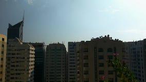 与美丽的云彩的史诗定期流逝在城市上耸立 股票录像