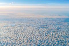 与美丽的云彩的抽象背景在日出 库存图片