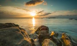 与美丽的云彩的日落 库存图片
