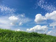 与美丽的云彩的清楚的天空 免版税库存照片