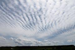 与美丽的云彩的风景 免版税库存照片