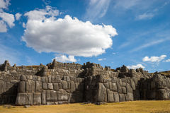 与美丽的云彩的Sacsayhuaman 免版税库存图片
