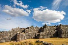 与美丽的云彩的Sacsayhuaman 库存图片