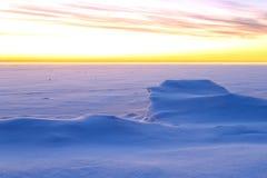 与美丽的冬天日出天空的雪风景 库存图片