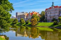 与美丽的历史和现代大厦的都市风景在弗罗茨瓦夫 图库摄影