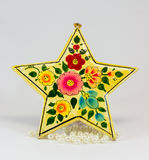 与美丽的图画和白色小珠的可爱的星状圣诞节装饰品 免版税库存照片