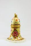 与美丽的图画和白色小珠的可爱的金铃 免版税图库摄影