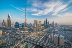 与美丽的城市的迪拜地平线接近it& x27; 在交通的s最繁忙的高速公路 免版税库存照片
