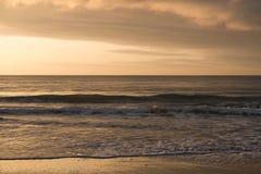 与美丽的多云天空的神秘的早晨日出 图库摄影