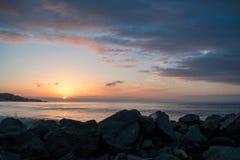 与美丽的多云天空的给催眠的早晨日出 库存图片