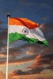 与美丽的天空的三色印地安旗子在背景中 库存图片