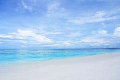 与美丽的天空的白色沙子海滩 免版税库存图片