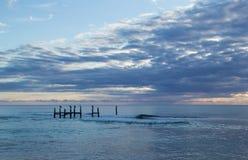 与美丽的天空的风景海视图 免版税库存照片