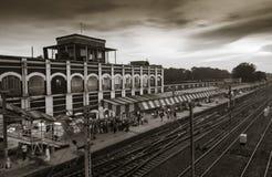 与美丽的天空的黑n白色火车站 免版税库存照片