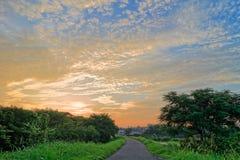 与美丽的天空(云彩形成)的日出 图库摄影