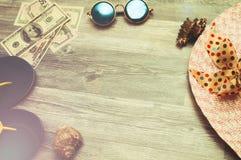与美丽的太阳镜和巴拿马的暑假 热的假日 免版税库存图片