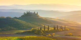 与美丽的小山的全景日出早晨托斯卡纳风景 库存图片