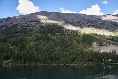 与美丽的山湖的风景 库存照片